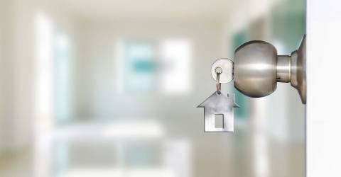 Open deur met sleutels van huis